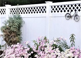 white vinyl privacy fence with lattice top